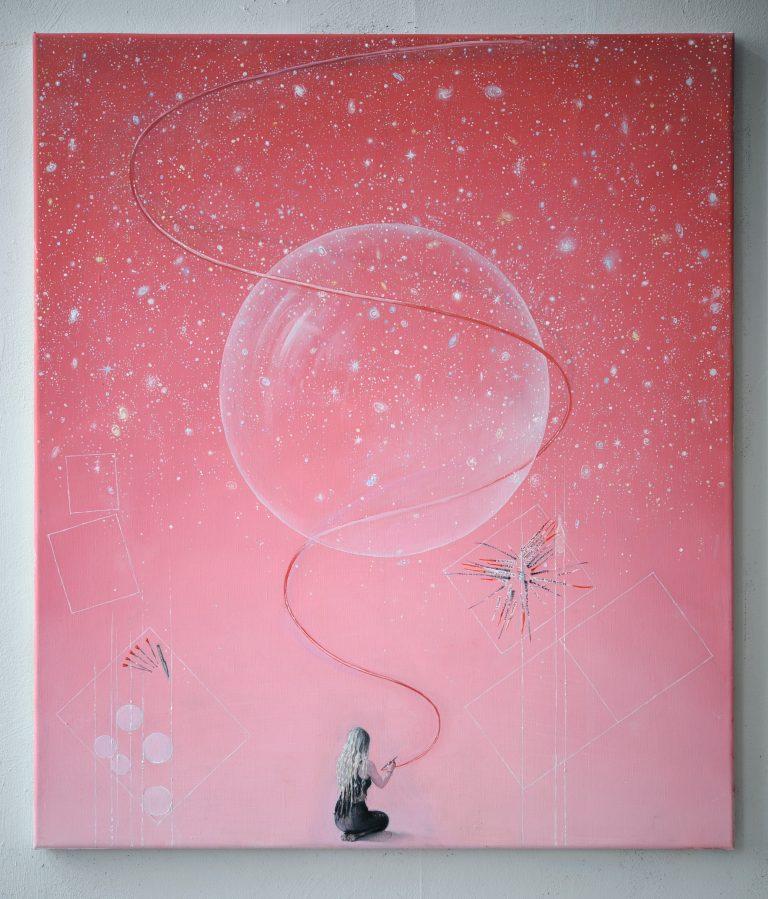 Rosa målning. I mitten en stor bubbla. Längst ner sitter en kvinna och ritar en linje som tvinnar sig uppåt.