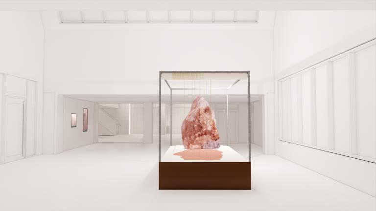 I en monter sedd från sidan finns en stor, knoppformad, rosaskimrande sten.