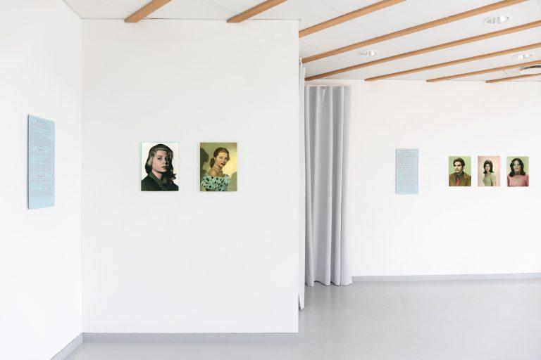 Fem handkolorerade porträtt på kvinnor och män