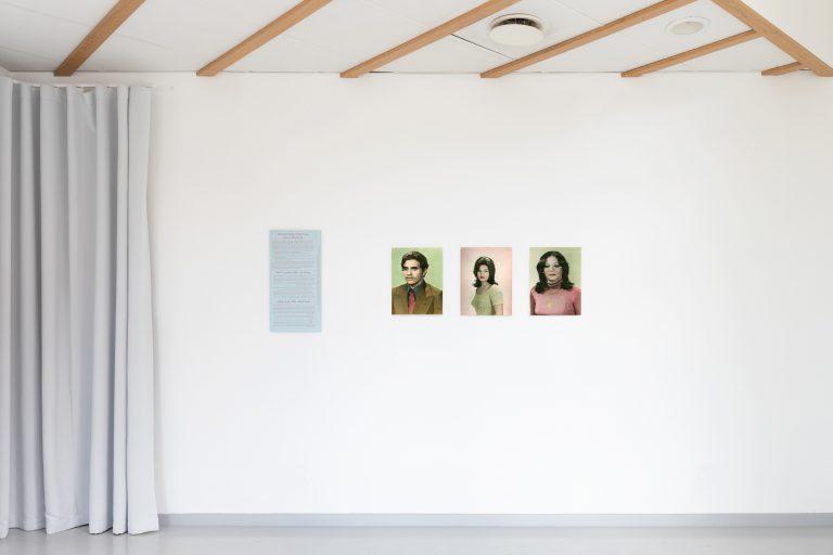Installationsvy, Tre handkolorerade porträtt på en man och två kvinnor